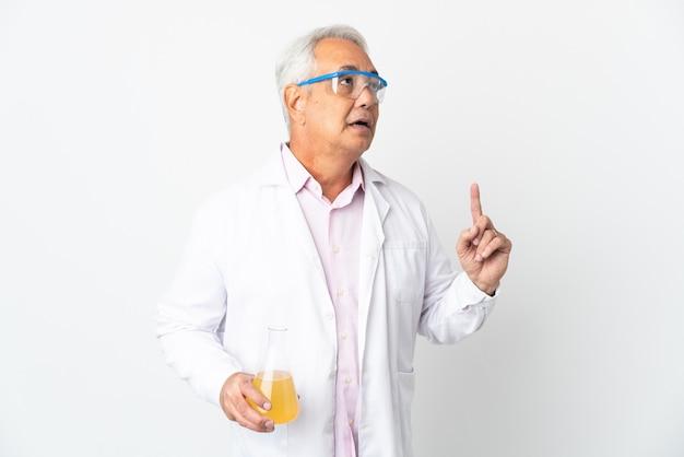 W średnim wieku brazylijski naukowy człowiek naukowy na białym tle myśli pomysł wskazując palcem w górę