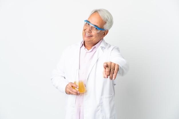 W średnim wieku brazylijski naukowy człowiek naukowy na białym tle wskazując na przód z happy wypowiedzi
