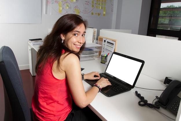 W średnim wieku dziewczyna pracuje w biurze