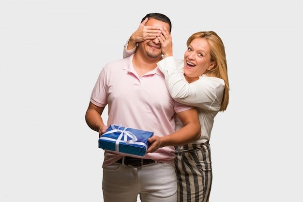 W średnim wieku łacińska para świętuje valentines dzień