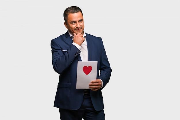 W średnim wieku łaciński mężczyzna świętuje valentines dzień myśleć o pomysle
