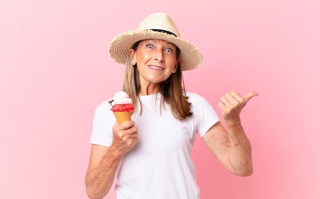 W średnim wieku ładna kobieta z lodami. koncepcja lato