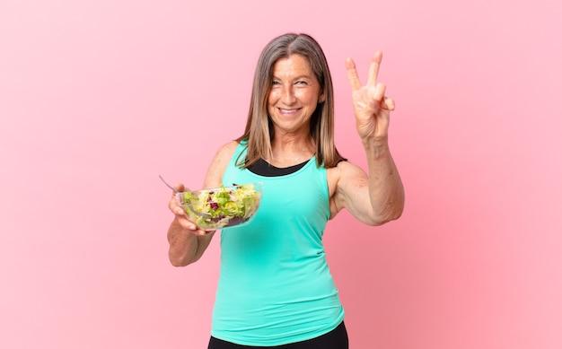 W średnim wieku ładna kobieta z sałatką. koncepcja diety