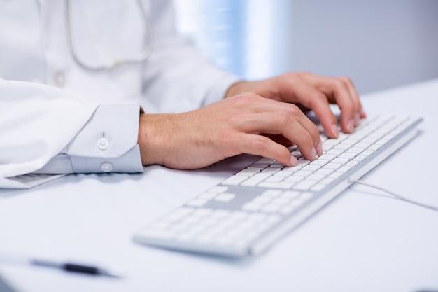 W środkowej części pisania na klawiaturze lekarz