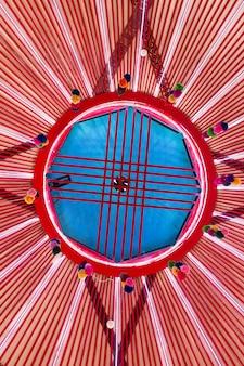 W środku narodowa jurta kazachstanu i mongolii. szczegóły jurty.
