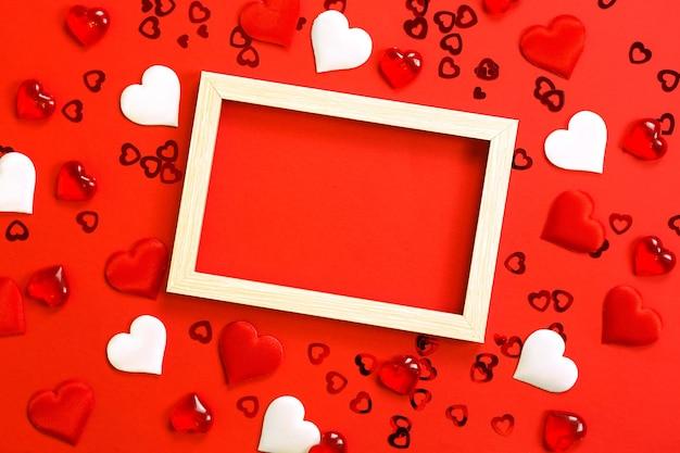 W środku ramka tekstowa lub fotograficzna, otoczona sercami. wystrój zakochanych par z sercami
