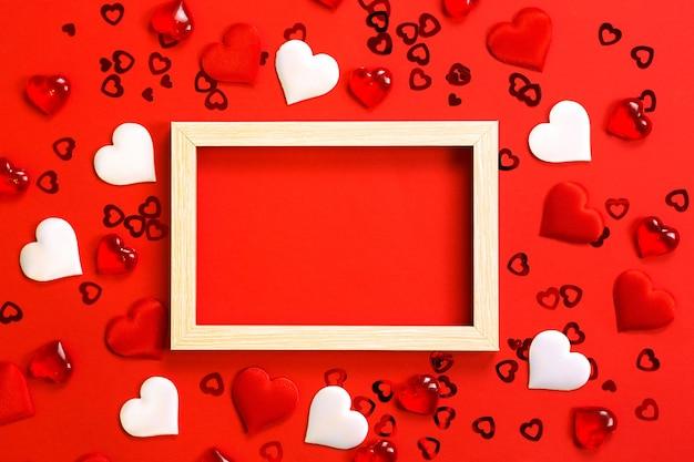 W środku ramka tekstowa lub fotograficzna, otoczona sercami.