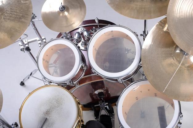 W studiu stoi duży zestaw perkusyjny.