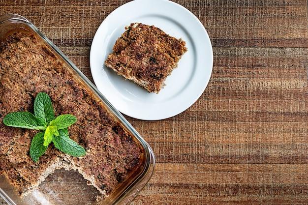 W szklanej misce pieczone kibe z miętą, czosnkiem i cebulą. brazylijska przekąska (kibe de forno). miejsce na tekst. widok z góry.