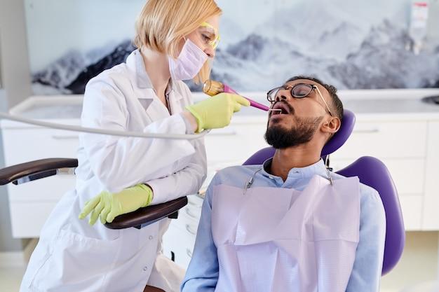 W trakcie polerowania zębów