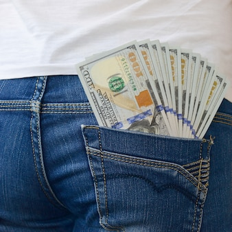 W tylnej kieszeni dżinsów dziewcząt znajduje się duża liczba banknotów dolarowych