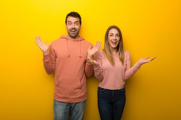 W walentynki grupa dwóch osób na żółtym tle z niespodzianką i zszokowany wyraz twarzy