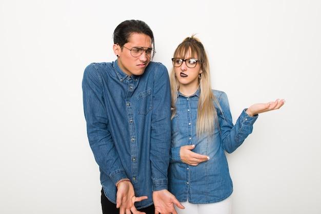 W walentynki młoda para w okularach niezadowolony i sfrustrowany czymś, ponieważ nie rozumiem czegoś