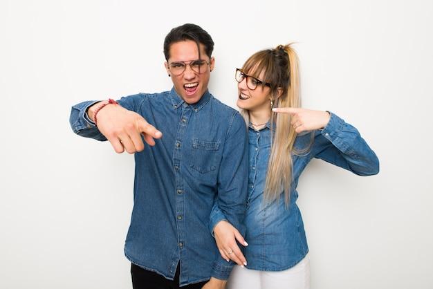 W walentynki młoda para w okularach sfrustrowany przez złą sytuację i skierowany do przodu