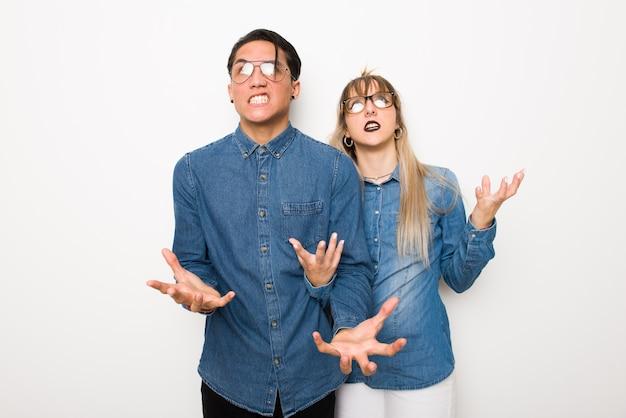 W walentynki młoda para w okularach sfrustrowany przez złą sytuację