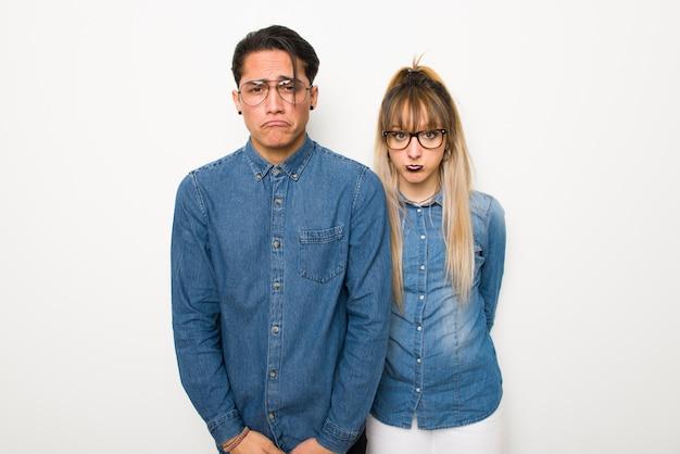 W walentynki młoda para w okularach z wyrażeniem smutne i przygnębiony