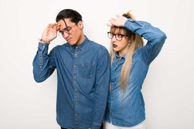 W walentynki młoda para w okularach z wyrażeniem zmęczony i chory