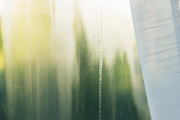 W wyniku parowania wody z domu na oknie utworzyła się kondensacja.
