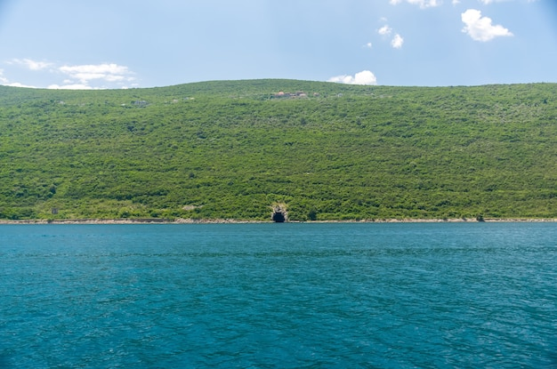 W zatoce boka-kotorsky naprzeciwko miasta herceg novi znajduje się tajna baza wojskowa.