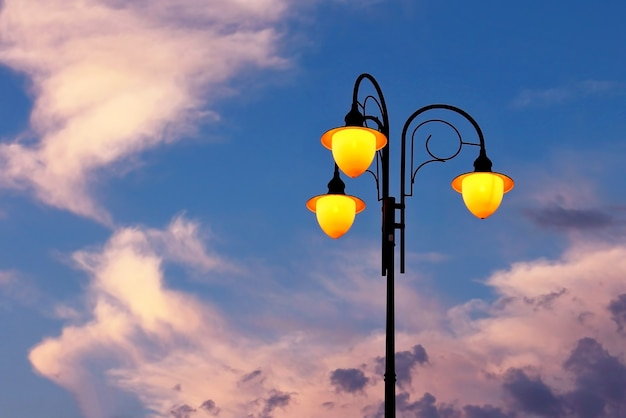 W zestawie latarnia uliczna na tle nieba