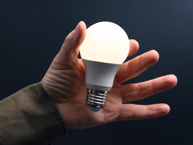 W zestawie nowa lampa led w ludzkiej dłoni w ciemności
