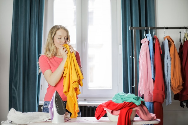 Wąchał zapach na świeżych ubraniach
