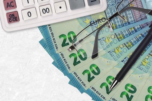 Wachlarz i kalkulator na rachunki 20 euro, okulary i długopis.
