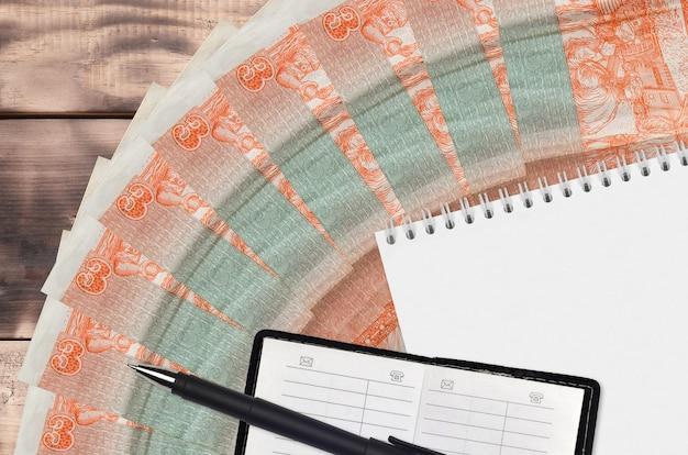 Wachlarz i notatnik z książeczką kontaktową i czarnym długopisem na 3 peso kubańskie