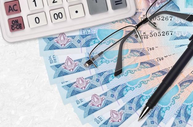Wachlarz rachunków za 50 rupii lankijskich, kalkulator, okulary i długopis