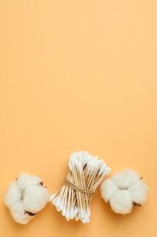 Waciki i bawełna na beżowym tle