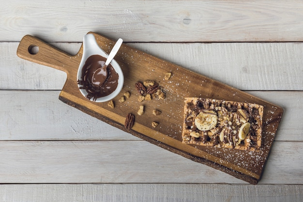 Wafel z plastrami banana i czekoladą