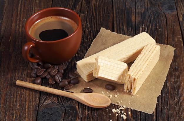 Wafle i kubek gorącej kawy na śniadanie