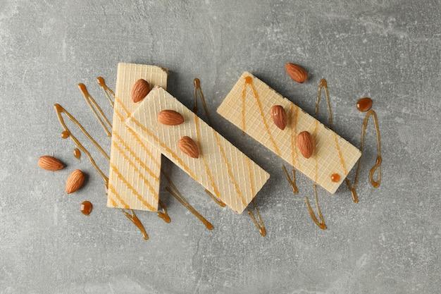 Wafle, polewy karmelowe i migdały na szaro