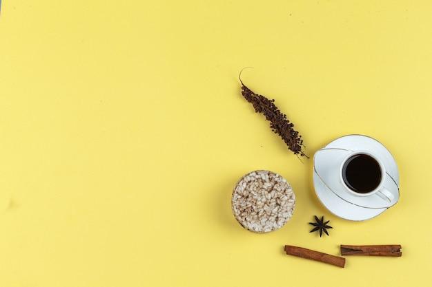 Wafle ryżowe, przyprawy i filiżanka kawy