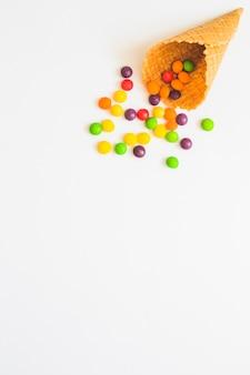 Wafle stożkowe z rozrzuconymi cukierkami