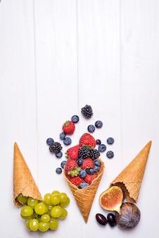 Wafle ze świeżymi jagodami, domowe lody