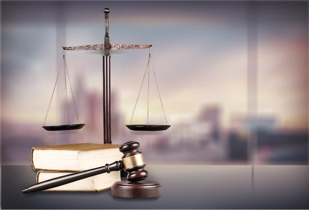 Wagi sprawiedliwości i książki i drewniany młotek na stole. koncepcja sprawiedliwości