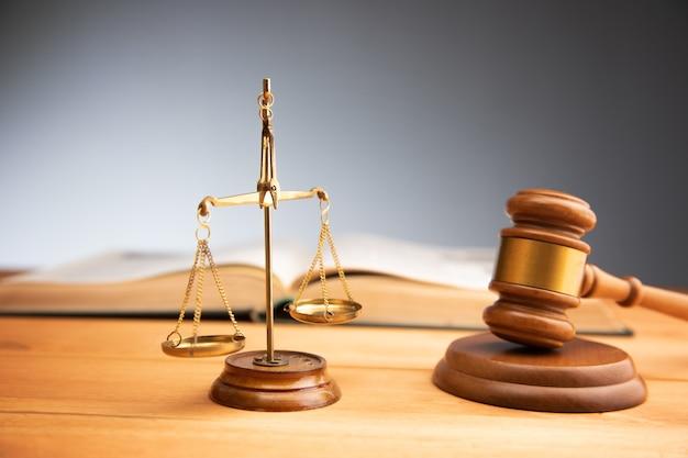 Wagi sprawiedliwości z młotkiem i książką. symbole prawa i sprawiedliwości