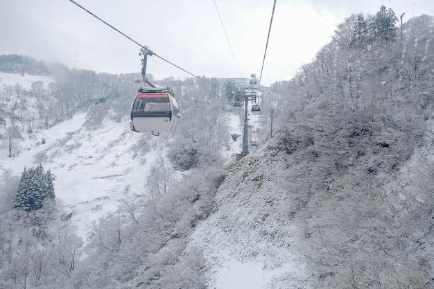 Wagon kolei linowej niebo na śnieżnej górze przy galowym yuzawa blisko tokio