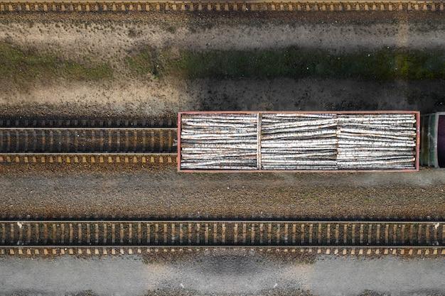 Wagon kolejowy załadowany dzienniki widok z góry z drona