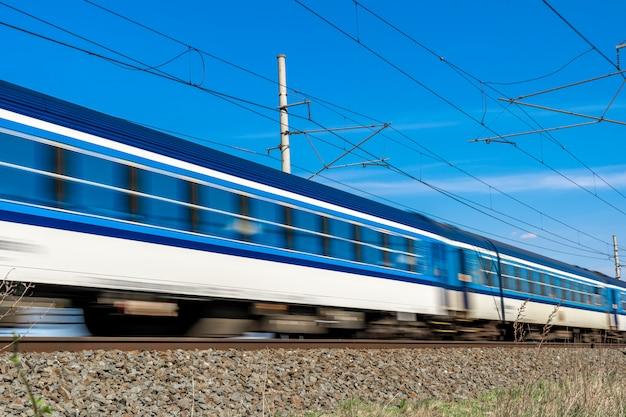 Wagony pociągu ekspresowego jadące wzdłuż torów
