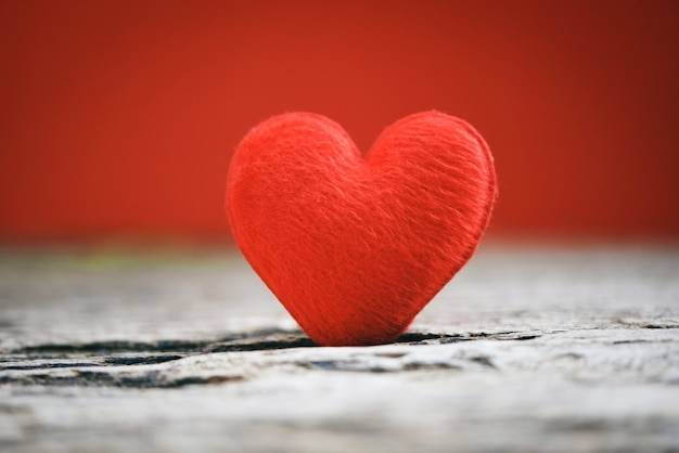 Wakacje karty walentynki czerwony serce na starym drewnie dla filantropii pojęcia.