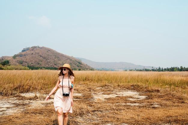 Wakacje letni wakacje obszaru trawiastego podróży relaksujący pojęcie