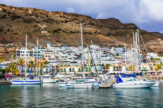 Wakacje na gran canarii - piękne puerto de mogan, popularna atrakcja turystyczna. wyspy kanaryjskie