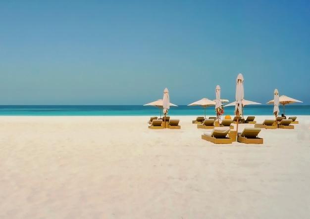 Wakacje na plaży tło. abu dabi. przyjazna dla środowiska plaża na wyspie saadiyat.