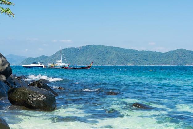 Wakacje na wyspach similan. egzotyczna żywa natura, turkusowa woda i jasne słońce