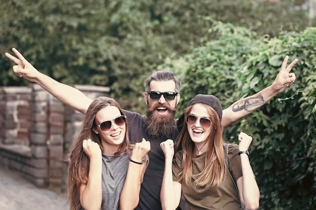 Wakacje, podróże i wycieczki. przyjaźń, młodzi przyjaciele, młodzieżowy styl miejski, styl życia.