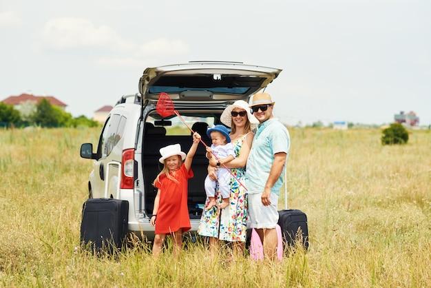 Wakacje, podróże - szczęśliwa rodzina gotowa do podróży na letnie wakacje. ludzie dobrze się bawią i robią zdjęcia przez telefon. zrób selfie w pamięci podróży