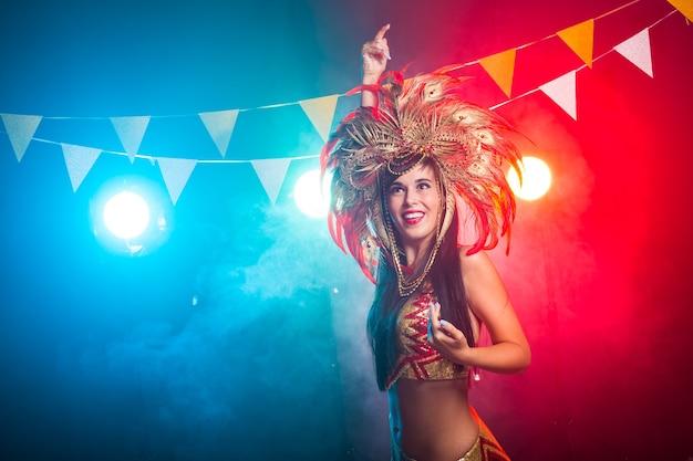Wakacje, taniec i nocne życie koncepcja piękna kobieta ubrana na noc karnawału