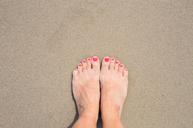 Wakacje wakacje. kobieta cieków zbliżenie relaksuje na plaży w pogodnym letnim dniu dziewczyna.